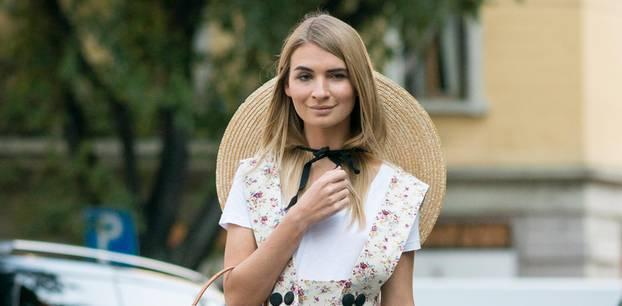 Bloggerin trägt Tea Dress