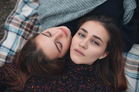 Vergiftete Freundschaft: Zwei Mädchen auf Picknickdecke