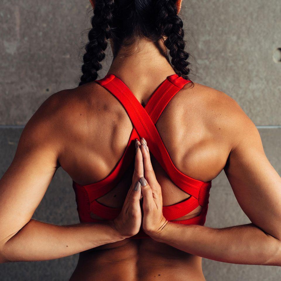 Rückenübungen: Frau mit starker Rückenmuskulatur