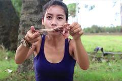 YouTuberin Lin Tuch nagt einen Knochen ab