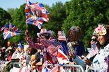 Beste Stimmung in Windsor: Die royalen Fans sind ganz aus dem Häuschen.
