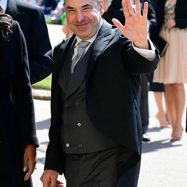 Natürlich sind auch die Ex-Kollegen der Braut dabei. 'Suits'-Star Rick Hoffman grüßt die royalen Fans.
