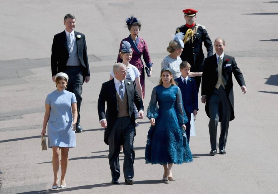 Der erste Teil der Royal Family ist ebenfalls in der St. George's Kapelle eingetroffen. Allen voran Harrys Cousinen Prinzessin Eugenie undPrinzessin Beatrice mit ihrem Vater Prinz Andrew, Harrys Tante Prinzessin Anne sowie Zara Philips und Ehemann Mike Tindall.