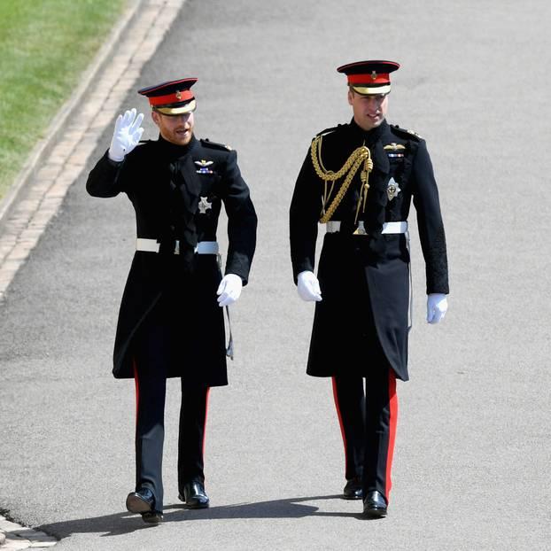 Prinz Harry und sein Bruder und Trauzeuge Prinz William erreichen die Kapelle. Jetzt fehlt nur noch Meghan ...