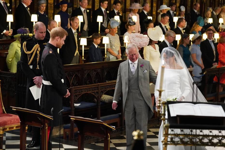 Einer der emotionalsten Momente: Prinz Charles führt Meghan Markle zum Altar.