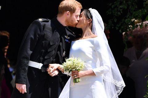 Der erste Kuss des frisch gebackenen Ehepaares.
