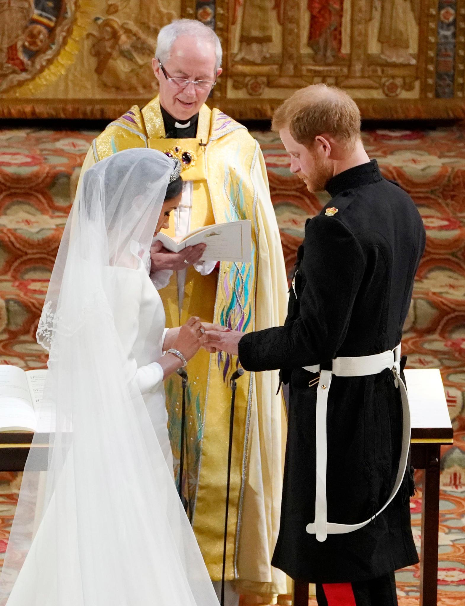 Natürlich bekommt auch Harry einen Ring. Sein Bruder William verzichtete bei seiner Hochzeit mit Kate damals darauf.