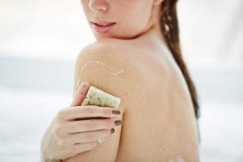 Pickel am Oberarm: Frau zeigt ihren Rücken und Oberarme