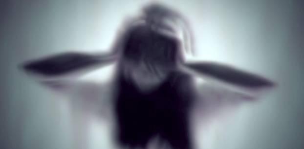 Verschwommenes Bild einer Frau mit Panik