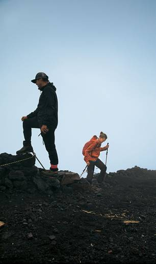 Japan: Zwei Personen beim Aufstieg zum Vulkan Fuji