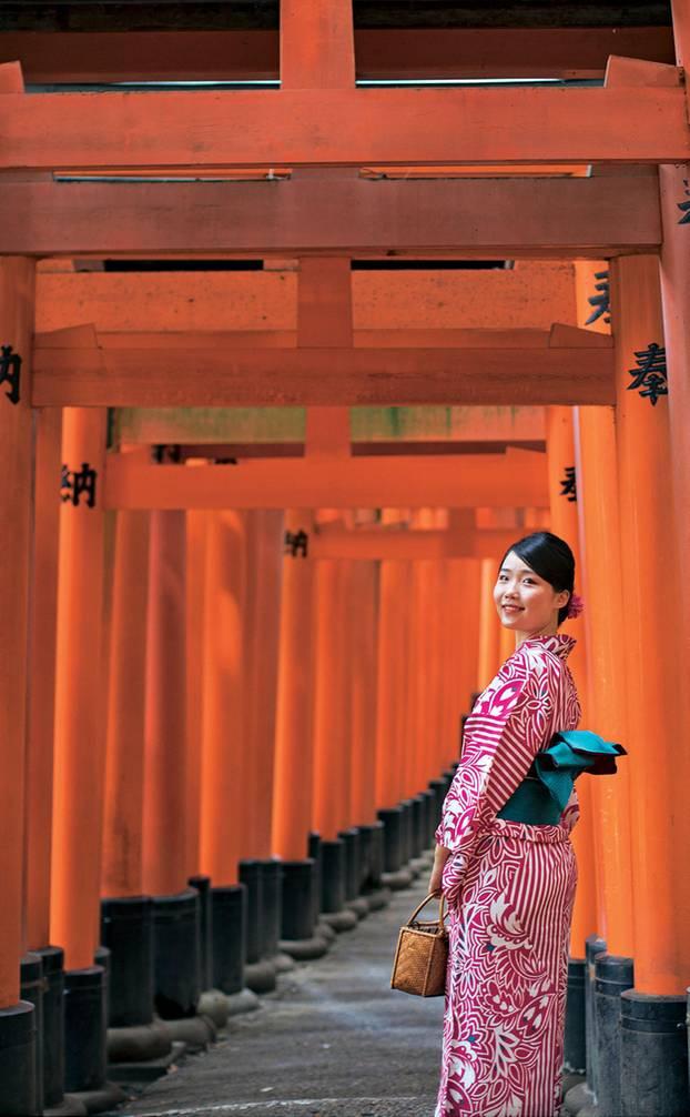 Japan: Tunnel mit mehr als 1000 roten Torii-Toren, die sich aneinanderreihen