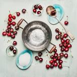 Kirschen andicken: Kirschen liegen auf einem Tisch