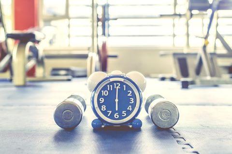 Tabata: Eine Uhr und zwei Hanteln