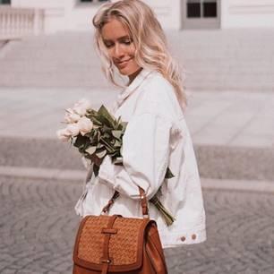 Jole Janine trägt eine weiße Denim Jacke