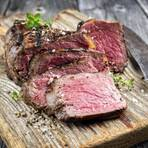 Rindfleisch grillen: Frisch geschnittene Tranchen auf einem Brett