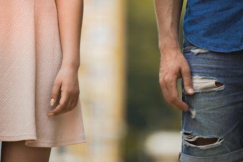 Sie will ein Kind - er nicht: die Hand von einer Frau und die von einem Mann berrühren sich nicht