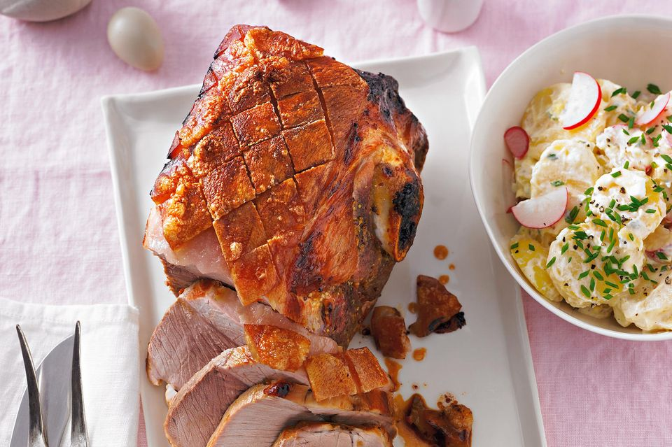 Krustenbraten grillen: Krustenbraten mit Kartoffelsalat