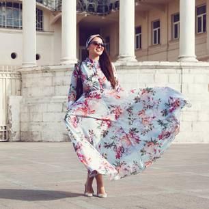 Frau in einem Blumenkleid