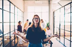 Konzentrationsübungen: Frau im Büro