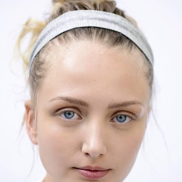 Frisuren bei Hitze: Top Knot mit Stirnband