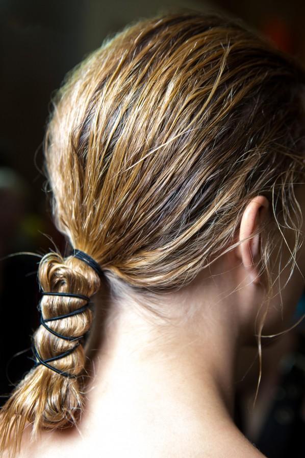 Frisuren bei Hitze: Hübsche Zopf-Idee mit Haargummis