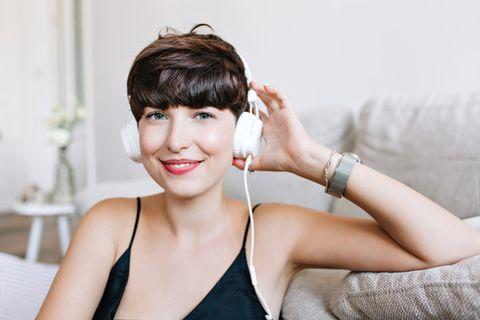 Kurzhaarfrisuren: Frau trägt Pilzkopf