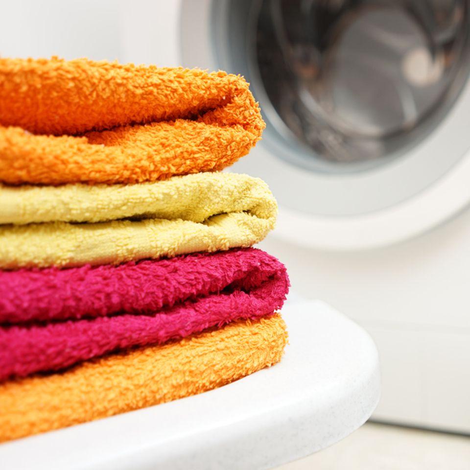 Handtücher stinken: Frisch gewaschene Handtücher im Bad