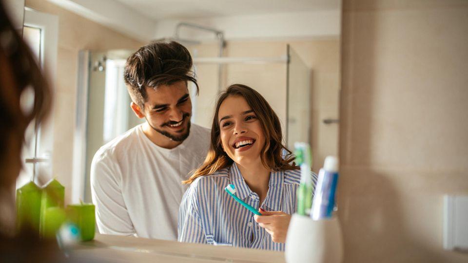 Frau und Mann im Bad