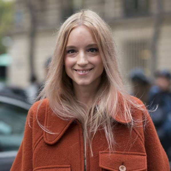 Langhaarschnitt: Frau trägt Mittelscheitel und lange Haare