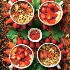 Granola mit Erdbeersalat