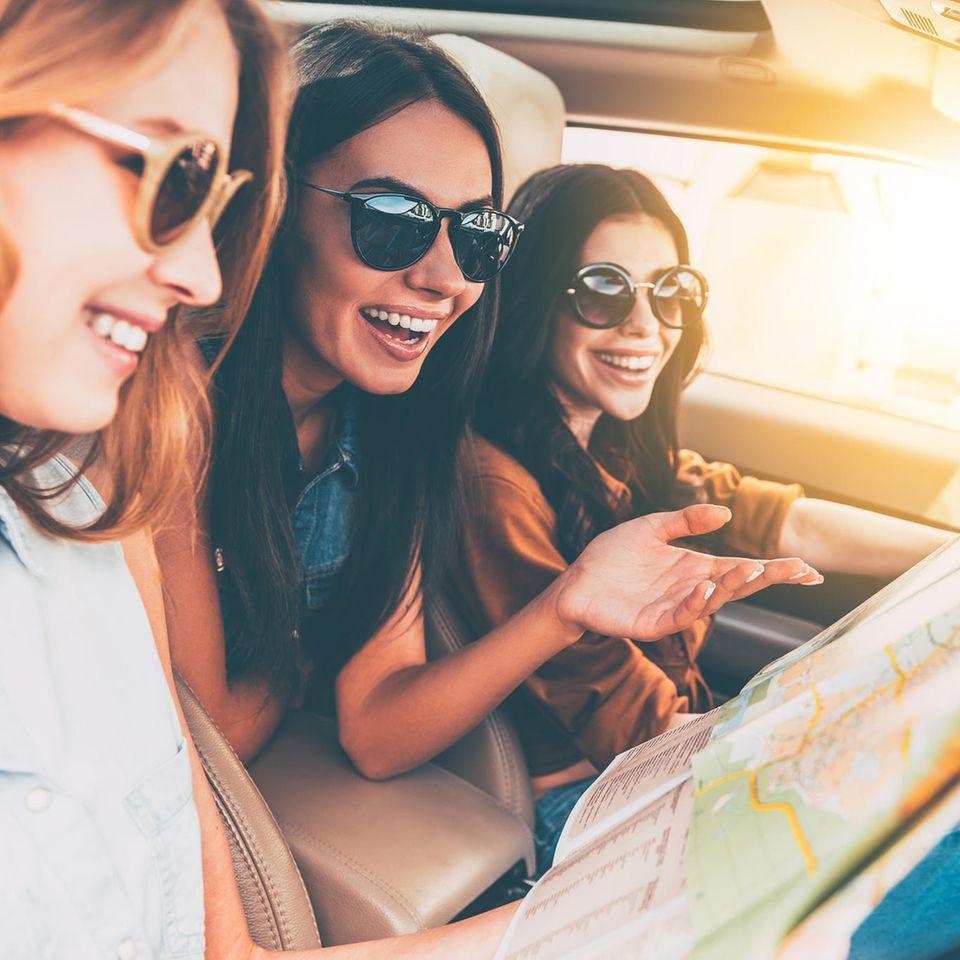 Fehler beim Autofahren im Ausland: Drei Mädchen im Auto unterwegs im Urlaub