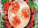 Erdbeerbowle mit Rosenblüten