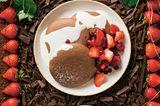 Erdbeersalat mit Biskuit & Schokosoße
