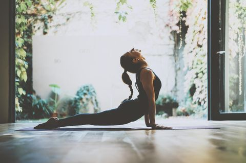 Faszien: Frau dehnt ihren Körper