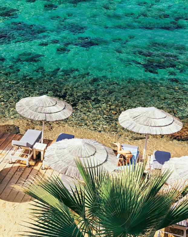 Mykonos Reisetipps: Terrasse mit Liegestühlen am Meer