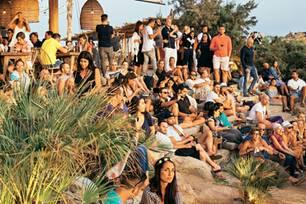 Mykonos Reisetipps: Viele Menschen im Beach Club