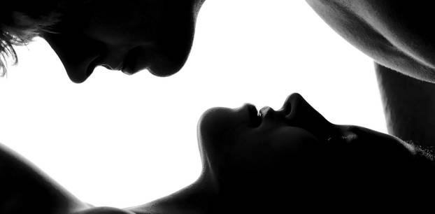 Slow Sex: Ein Paar küsst sich