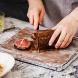 Richtig grillen: Frau bereitet Fleisch zu