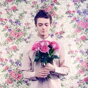 Wie verlieben sich Männer?: Mann mit Rosenstrauß in der Hand