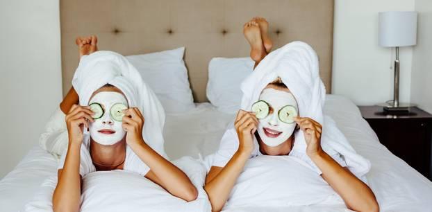 Frauen mit Masken im Gesicht