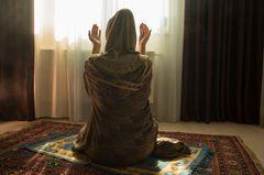 Sex im Einklang mit dem Islam: Betende Frau