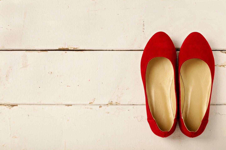 Wildleder reinigen: Rote Wildleder Ballerinas