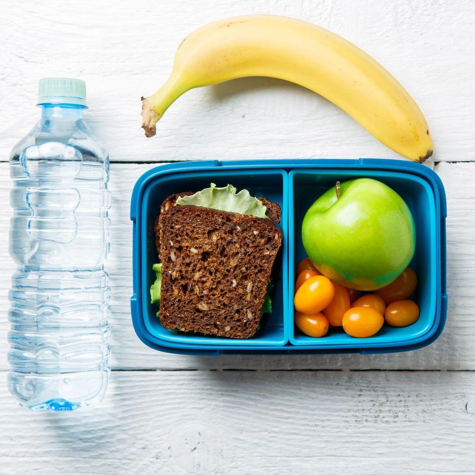 Pausenbrot: Brotbox mit Vollkornbrot, Obst und Gemüse