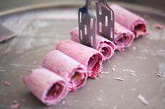 Rolled Ice Cream: Gerolltes Eis auf einer Platte