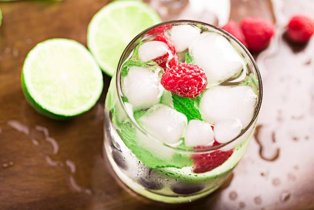 Sekt-Cocktail mit Himbeeren
