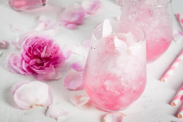Sekt-Cocktail mit Rosen und Rosé-Sekt