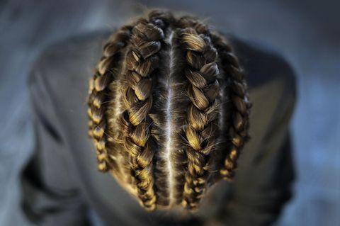 Cornrows: Frau zeigt geflochtene Braids