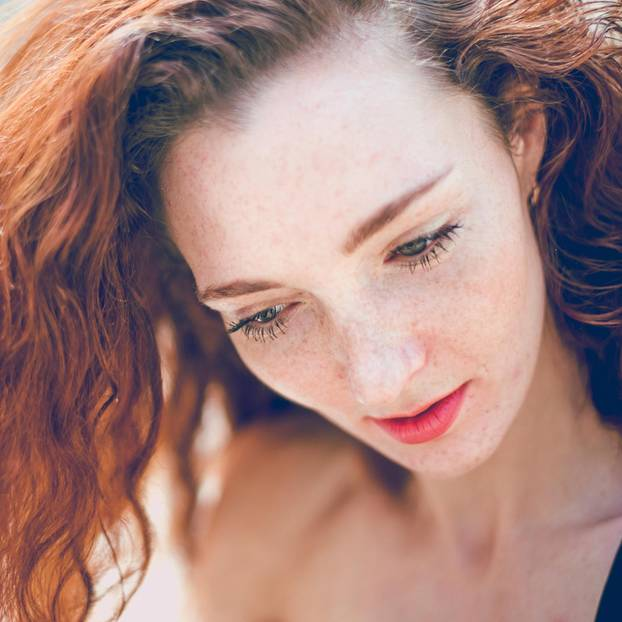Fake Freckles: Rothaarige Frau mit Sommersprossen