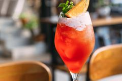 Sekt-Cocktail mit Cranberry-Orange