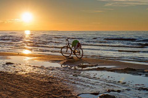 Radtour an der Ostsee: Fahrrad am Strand